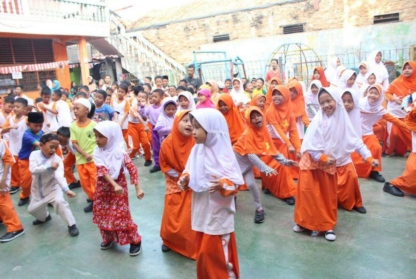 SD Juara Jakarta Timur binaan Rumah Zakat mengadakan Senam Nusantara bersama guru-guru dan wali murid, Selasa (8/8).