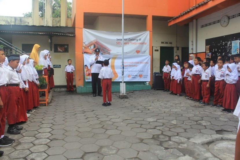 SD Juara Yogyakarta mengundang ketua BNN Kota Yogyakarta yaitu AKBP Khamdani sebagai pembina upacara (2/9).