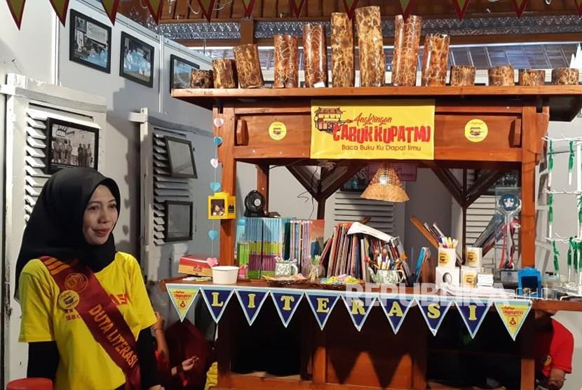 SD Negeri Cemara Dua Solo membuat inovasi untuk meningkatkan minat baca para siswanya dengan menyulap angkringan menjadi perpustakaan yang diberi nama Angkringan Cabuk Kupatmu. Cabuk Kupatmu merupakan akronim baca buku ku dapat ilmu.