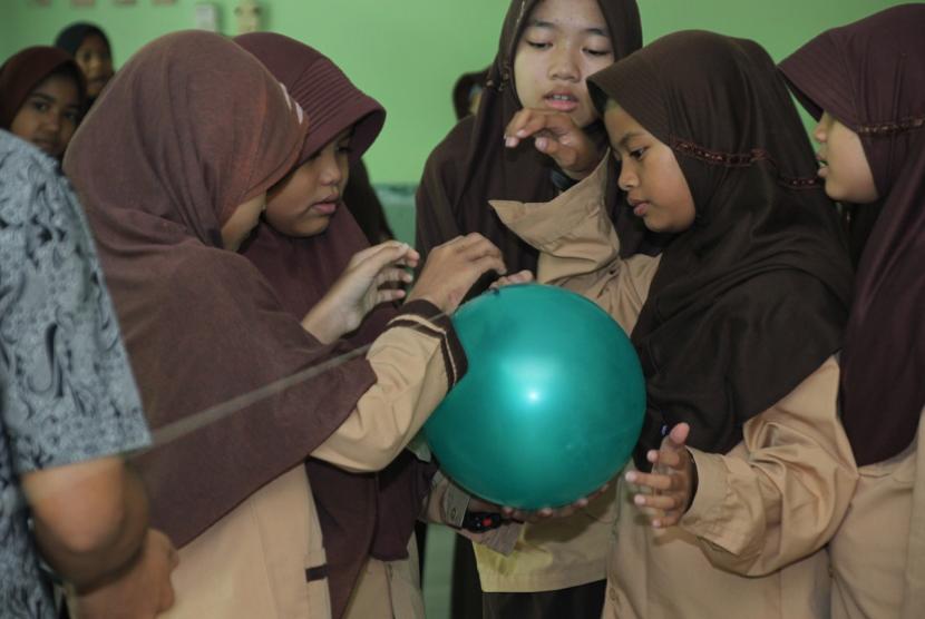 SDIT Al Barkah mengikuti kegiatan Fun Math and Science.