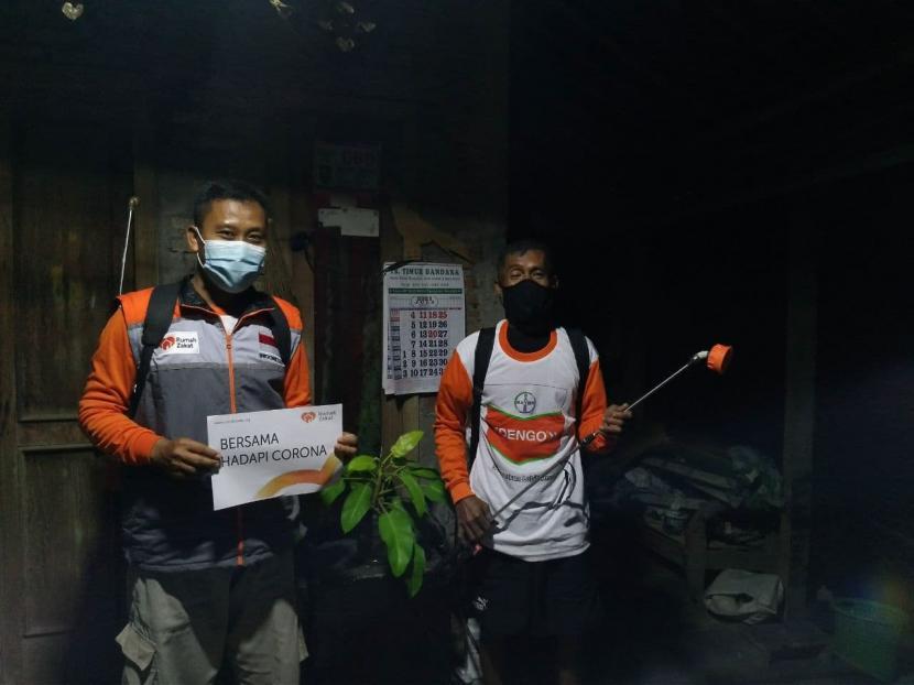 Sebagai upaya memutus rantai penyebaran wabah Covid-19, Rumah Zakat mengadakan penyemprotan disinfektan dan membagikan masker kepada warga di Desa Berdaya Dibal, Boyolali provinsi Jawa Tengah.