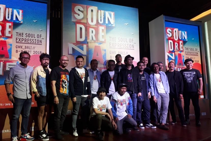 Sebagian pengisi acara berfoto usai Soundrenalin 2018 Talkshow di Hard Rock Cafe, Jakarta, Kamis (12/7).
