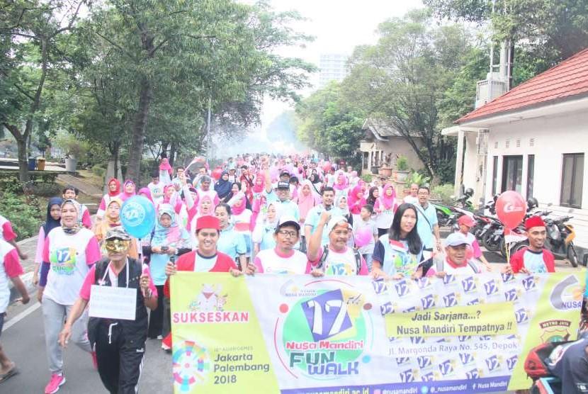 Sebanyak 1.000 peserta sangat gembira memeriahkan fun walk HUT ke-17 STMIK Nusa Mandiri Jakarta.