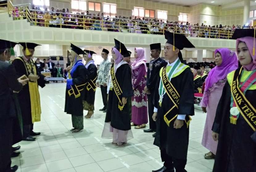 Sebanyak 1.043 sarjana baru Universitas Islam Negeri (UIN) Sunan Kalijaga diwisuda pada periode IV tahun akademik 2017/2018, Rabu (5/9).