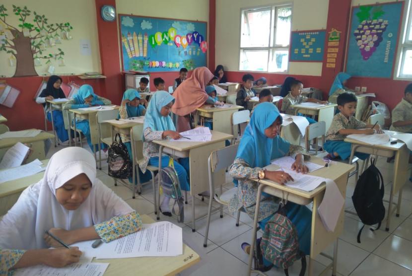 Sebanyak 1010 siswa-siswi kelas 1-6 SD berjibaku mengikuti Asia Mathematics Olympiad (AMO) Elimination Round 2019, Ahad (12/5).