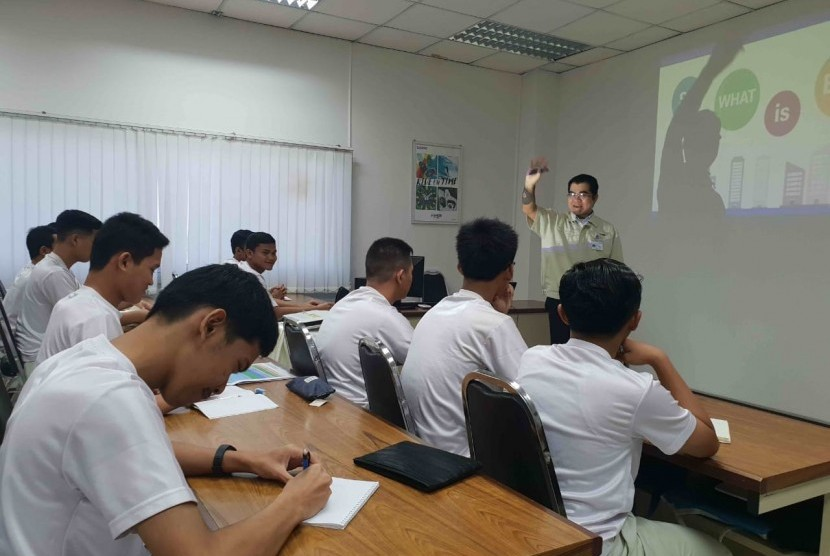 Sebanyak 20 siswa SMK selesai menjalani proses magang di pabrik Casio di Korat, Thailand. Para siswa berasal dari SMK yang ada di Jawa dan Sumatra yang sudah magang sejak Oktober lalu. Mereka magang melalui program kerja sama Casio dengan Kementerian Pendidikan dan Kebudayaan.