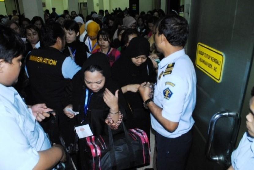 Sebanyak 278 orang TKI illegal asal Arab Saudi dengan  status over stayer semalam kembali ke tanah air