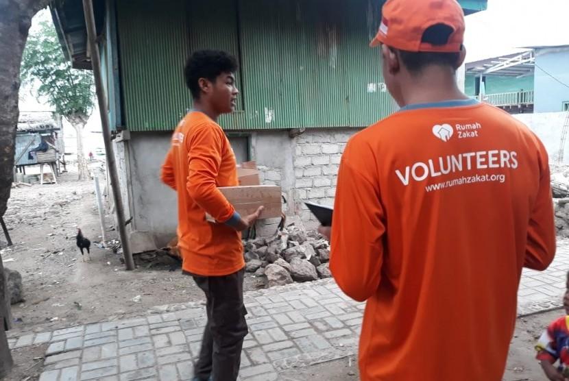 Sebanyak 300 kaleng superqurban di distribusikan kepada warga di kampung Komodo, Flores, Nusa Tenggara Timur (NTT).