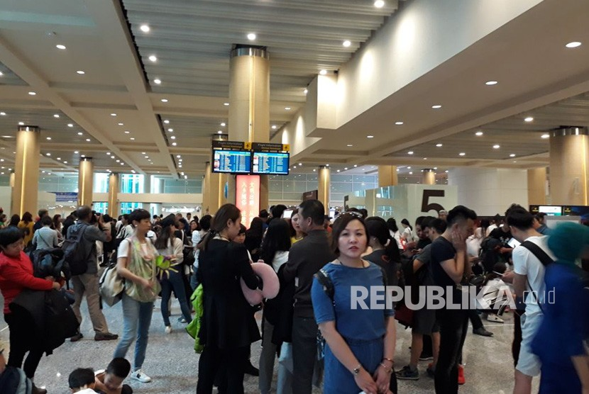 A total of 346 Garuda Indonesia passengers on the Xian-Denpasar route landed at I Gusti Ngurah Rai International Airport, Tuesday (1/30). Garuda earlier this year opened two new flight routes in China, namely Xian and Zhengzhou to support the national target of 17 foreign tourists in 2018.