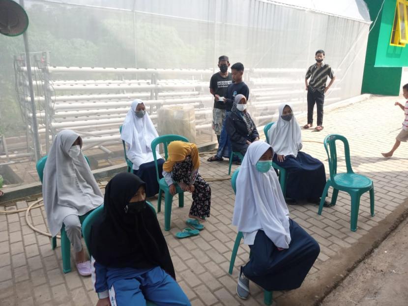 Sebanyak 49 orang santri dan 5 orang guru di pondok pesantren Al-Kasyaf, Cileunyi, Kabupaten Bandung terkonfirmasi positif Covid-19 usai menjalani uji usap antigen. Mereka saat ini sedang menjalani isolasi mandiri pasca dinyatakan positif Covid-19.