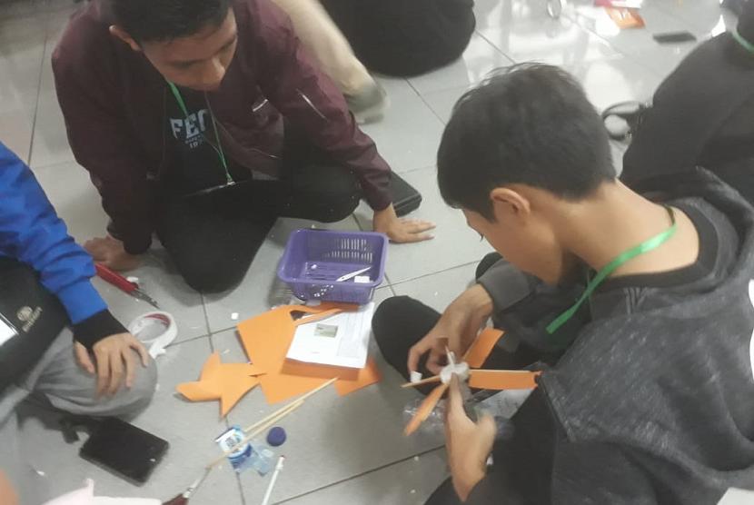 Sebanyak 57 siswa sekolah dasar (SD) kelas 4 hingga sekolah menengah pertama (SMP) kelas 9 di Jawa Barat diajak untuk membuat produk ramah lingkungan dalam acara Stem Camp Energreen Batch III 2018 sejak Sabtu (15/12) hingga Ahad (16/12) yang digelar SMP Darul Hikam di Lembang, Kabupaten Bandung Barat.