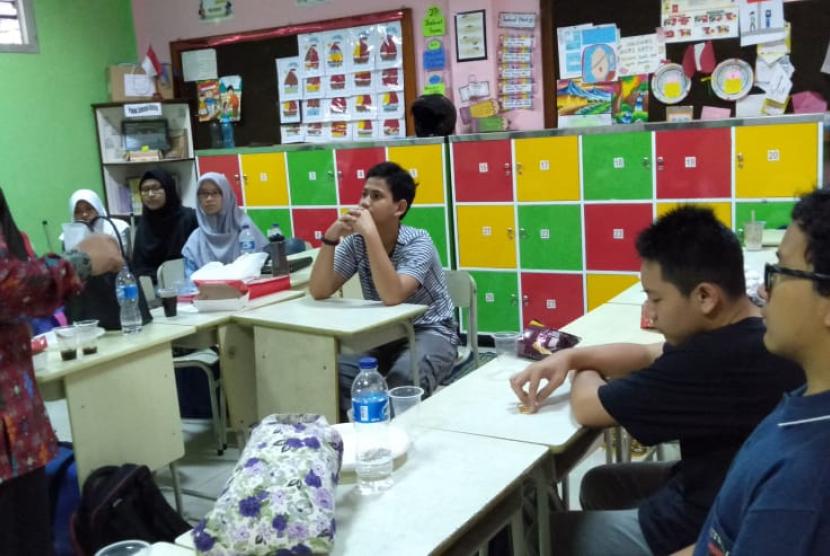 Sebanyak sembilan orang siswa alumni Klinik Pendidikan MIPA (KPM) dari berbagai sekolah di Jakarta, Depok, Serpong, Bekasi, Bogor, Sukabumi belajar tentang cara mengajar di Sekolah Islam Plus Darul Jannah, Sabtu (9/2).