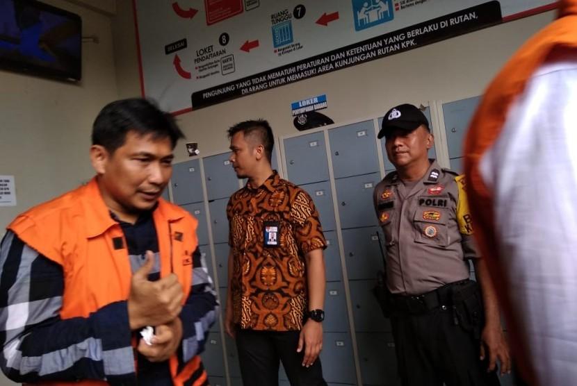 Sebelum memasuki mobil tahanan, politisi Partai Golkar, Bowo Sidik Pangarso memberikan salam jempol kepada awak media di Rutan Gedung Komisi Pemberantasan Korupsi (KPK), Rabu (17/4).