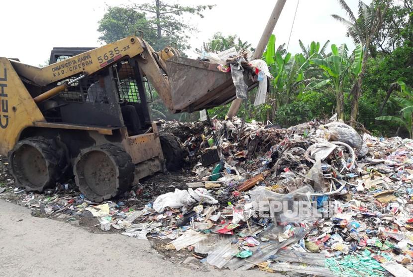 [Ilustrasi] Sebuah alat berat amrol sedang mengangkut sampah di Kota Cirebon, Jawa Barat.