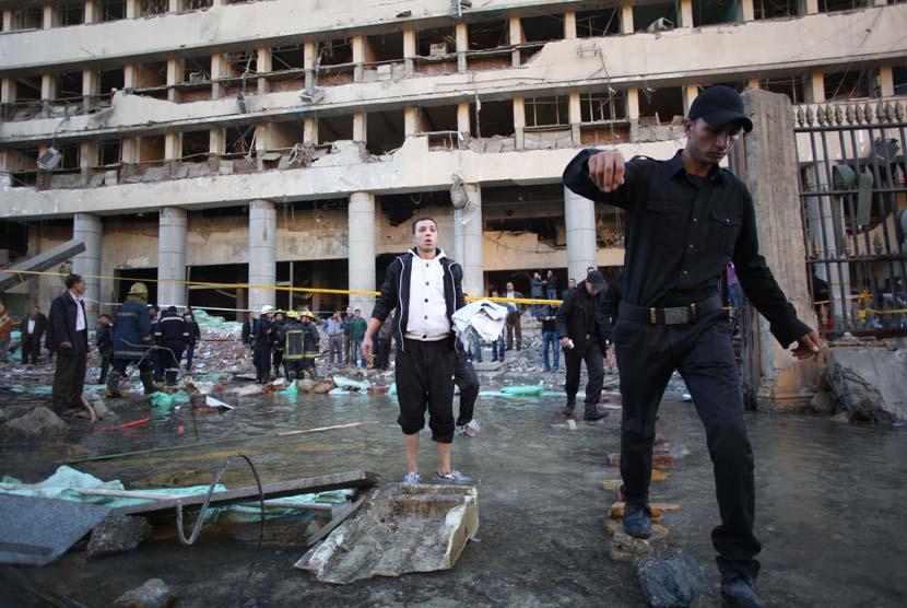 Sebuah bom mobil menghantam markas polisi Mesir di pusat kota Kairo, Mesir, Jumat (24/1).    (AP/Khalil Hamra)