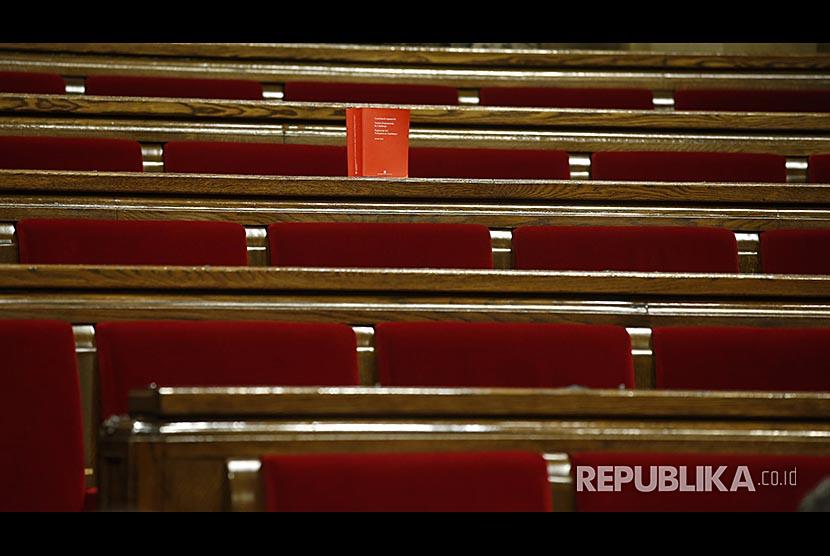 Sebuah buku berisi Konstitusi Spanyol ditinggalkan anggota oposisi parlemen lokal Katalunya yang menolak pemisahan diri dari Spanyol.