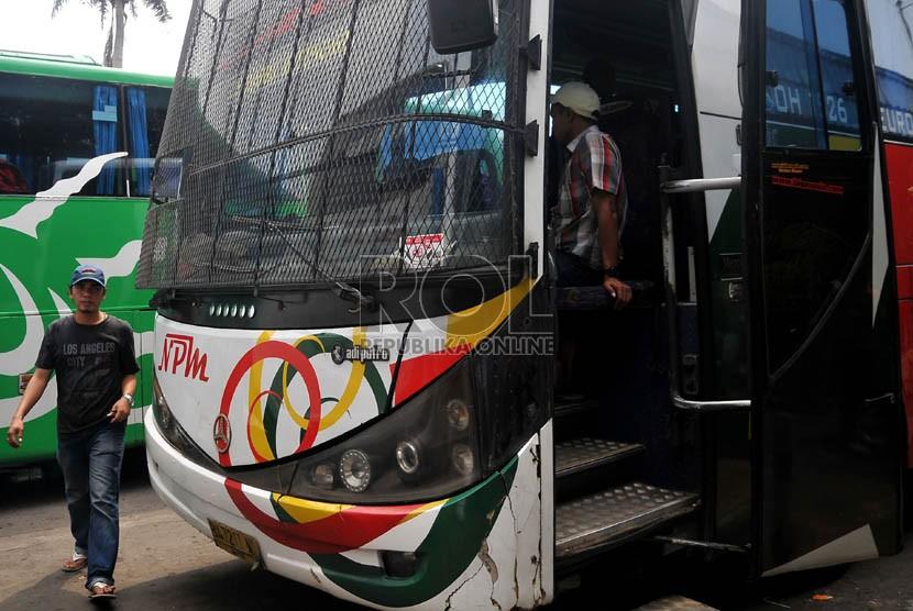 Sebuah bus angkutan umum jurusan Jakarta-Padang dipasangi jaring-jaring besi pada bagian kaca depan di Terminal Rawamangun, Jakarta Timur, Selasa (6/8).  (Republika/Prayogi)