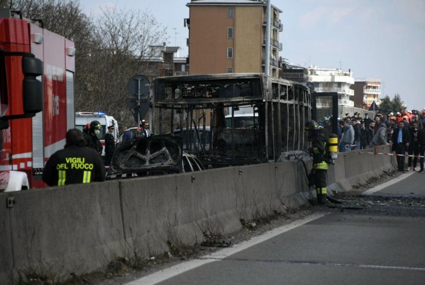 Sebuah bus hangus terbakar setelah sopirnya menyulut api untuk melampiaskan kemarahannya terhadap nasib malang migran di Laut Tengah, di pinggiran Milan, Italia, Rabu.