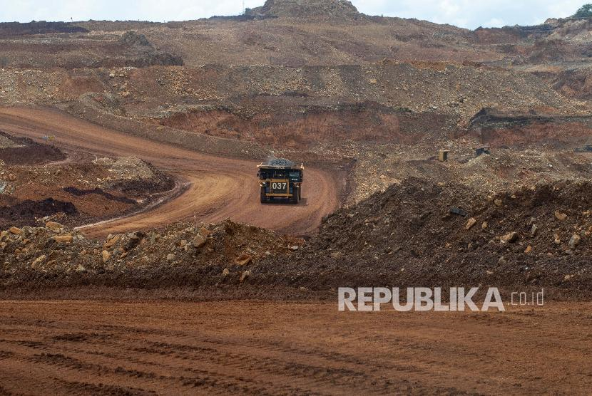 Sebuah dump truck mengangkut material pada pengerukan lapisan atas di pertambangan nikel PT Vale Indonesia di Soroako, Luwu Timur, Sulawesi Selatan, belum lama ini.