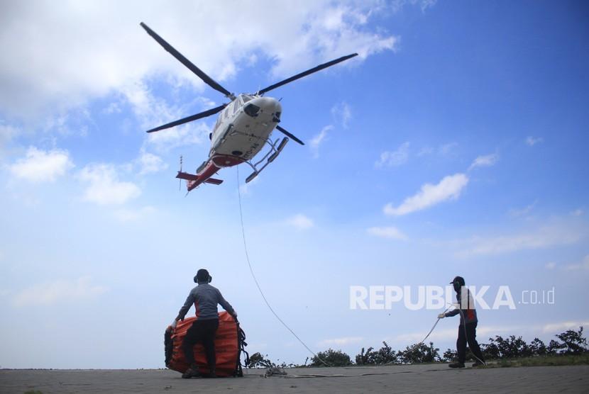 Sebuah helikopter dari BNPB lepas landas dari lapangan milik warga untuk melakukan water bombing di lereng Gunung Ciremai di Kuningan, Jawa Barat, Jumat (9/8/2019).