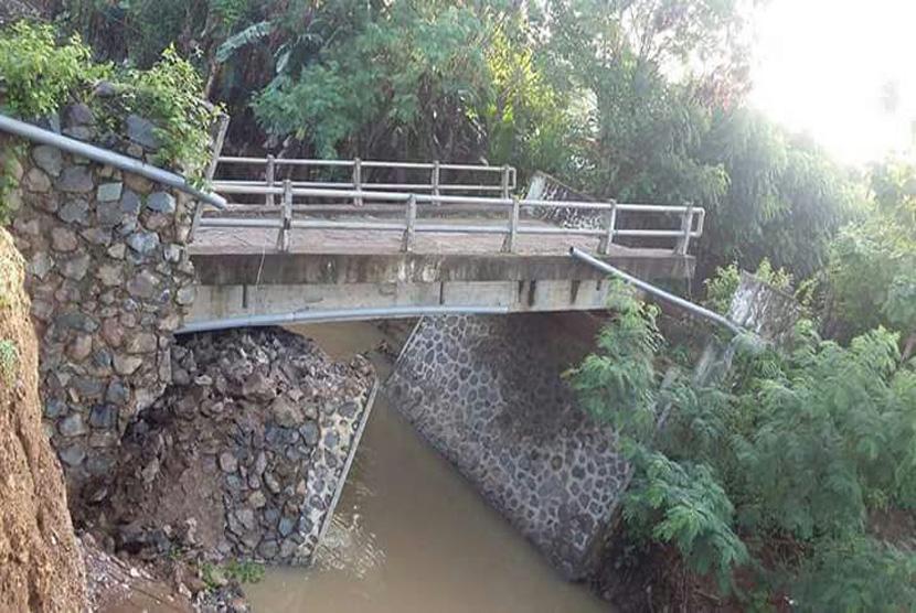 Sebuah jembatan di Desa Cenggu Kecamatan Belo, Kabupaten Bima terputus akibat banjir yang melanda wilayah ini pada Senin (13/2) malam.