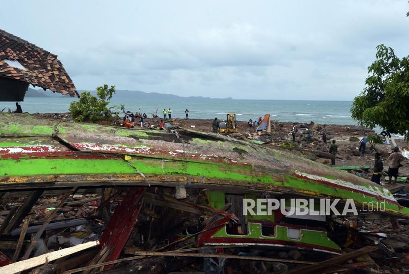 Sebuah kapal nelayan yang tersapu tsunami dan menimpa rumah warga di Desa Way Muli, Kecamatan Rajabasa, Lampung Selatan, Lampung, Ahad (23/12/2018).