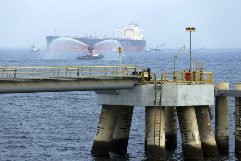 (ilustrasi) Sebuah kapal tanker minyak mendekati fasilitas minyak di Fujairah, Uni Emirat Arab (UEA).