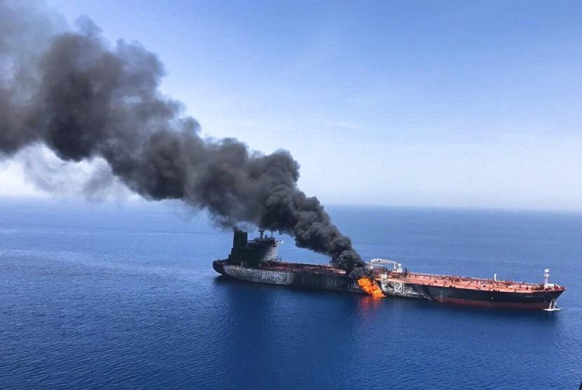 Sebuah kapal tanker minyak terbakar di laut Oman, Kamis (13/6). Dua kapal tanker dekat Selat Hormuz, Teluk Oman dilaporkan diserang.