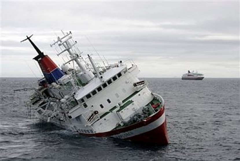 Sebuah kapal tenggelam (ilustrasi).