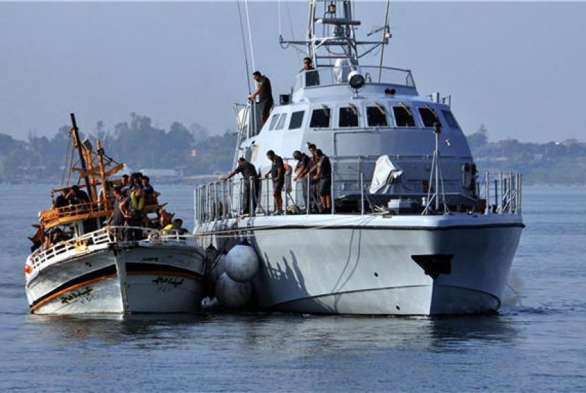 Sebuah kapal yang dipenuhi oleh pengungsi Suria tiba di perairan Syracuse, Sisilia, Italia.