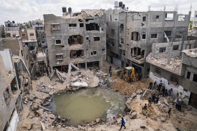 Sebuah kawah penuh air dan sisa-sisa limbah di mana rumah Ramez al-Masri dihancurkan oleh serangan udara sebelum gencatan senjata tercapai setelah perang 11 hari antara penguasa Hamas Gaza dan Israel, Minggu, 23 Mei 2021, di Beit Hanoun, Jalur Gaza utara.