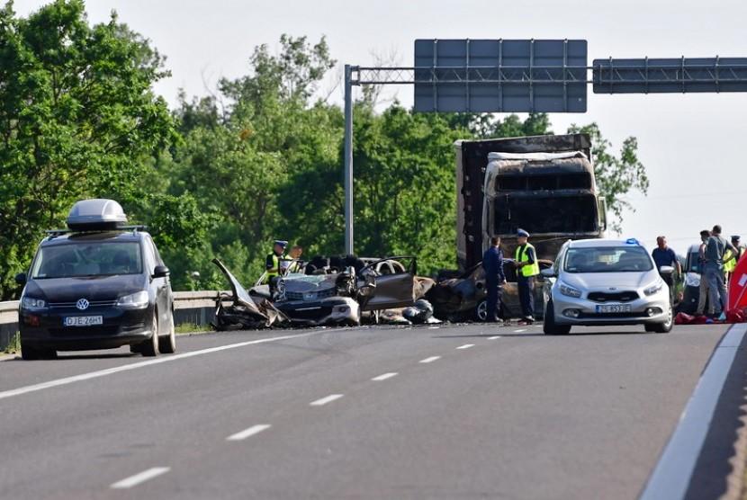 Insiden tabrakan beruntun terjadi di Km 69 Tol Tangerang-Merak, Serang, Banten pada Sabtu (16/10) pagi.