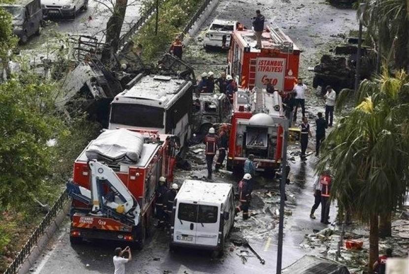 Sebuah ledakan menargetkan bus polisi di pusat kota Istanbul, Selasa (7/6). Media Turki melaporkan sedikitnya dua tewas dan lima orang terluka karena ledakan bom tersebut.