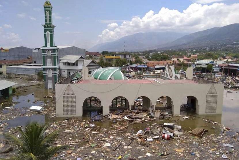 Sebuah masjid tampak rusak parah di Kota Palu, Sulteng, setelah diguncang gempa dan diterjang tsunami, Sabtu (29/9).