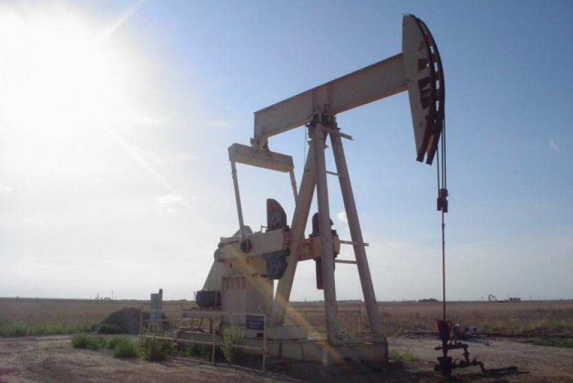 Sebuah mesin berat memompa minyak mentah dari ladang minyak di Lubbock, Texas (ilustrasi)