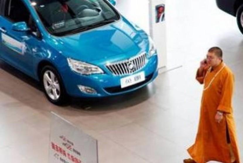 Sebuah mobil keluaran General Motors (GM) dipajang di sebuah toko dealer di Cina