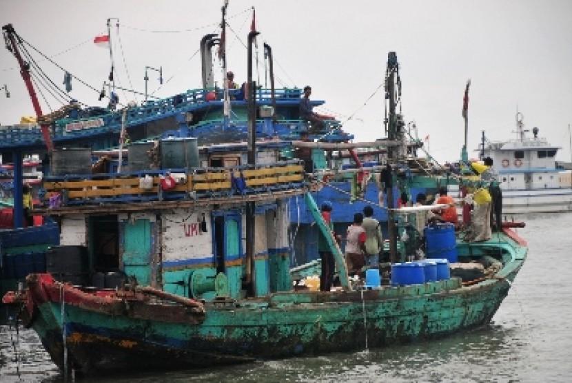 Sebuah perahu nelayan bersiap sandar di Pelabuhan Jongor, Tegal, Jateng, Senin (26/1).