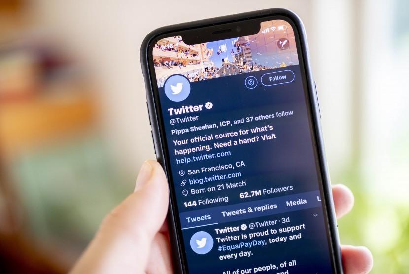 Sebuah ponsel memperlihatkan akun media sosial Twitter.