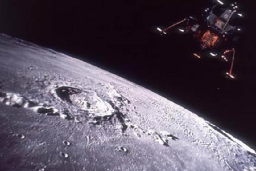 Sebuah satelit mengambil gambar permukaan bulan (ilustrasi)
