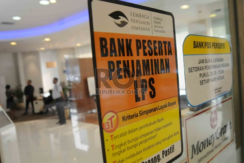 Sebuah stiker keikutsertaan menjadi anggota Lembaga Penjamin Simpanan (LPS) tertempel di pintu masuk salah satu bank di Jakarta, Rabu (24/6).