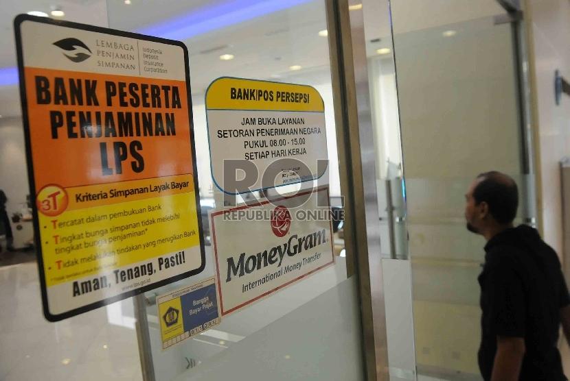 Sebuah stiker keikutsertaan menjadi anggota Lembaga Penjamin Simpanan (LPS) tertempel di pintu masuk salah satu bank di Jakarta. ilustrasi