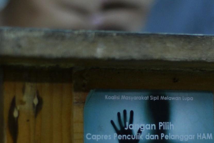 Sebuah stiker tentang represi terpasang di sebuah meja saat pemberian keterangan pers tentang Surat Edaran (SE) Kapolri Nomor SE/6/X/2015 tentang Penanganan Ujaran? Kebencian atau hate speech di kantor Kontras, Jakarta, Selasa (10/11).