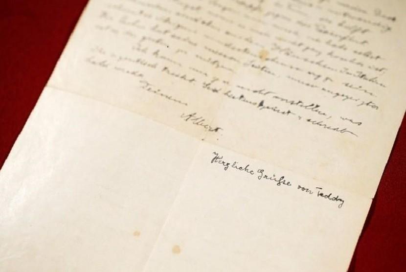 Sebuah surat tahun 1922 di mana Albert Einstein menceritakan ketakutannya akan munculnya anti-Semitisme di Jerman, lebih dari satu dekade sebelum Nazi mengambil alih kekuasaan, dijual di sebuah lelang Israel pada hari Selasa (13/11) seharga 32 ribu dolar AS.