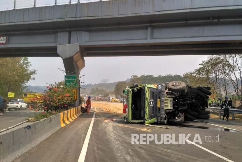 Sebuah truk terguling di lokasi Kecelakaan beruntun Tol Cipularang KM 91 jalur B, Kabupaten Purwakarta, Senin (2/9).