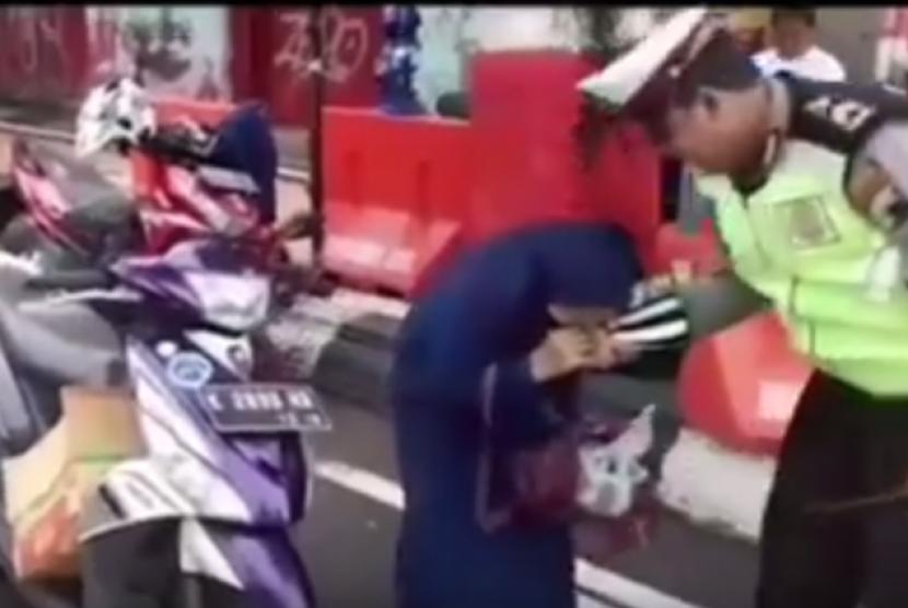 Sebuah video yang menjadi viral yang berisi seorang ibu yang menggigit tangan polisi saat akan menilangnya, Kamis (22/2).