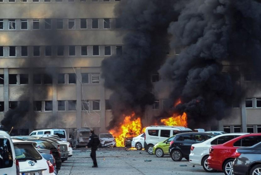 Sedikitnya dua orang tewas dan 33 orang lainnya terluka dalam serangan bom mobil yang ditargetkan untuk gedung kantor Gubernur Provinsi Adana, di Turki selatan pada Kamis (24/11).