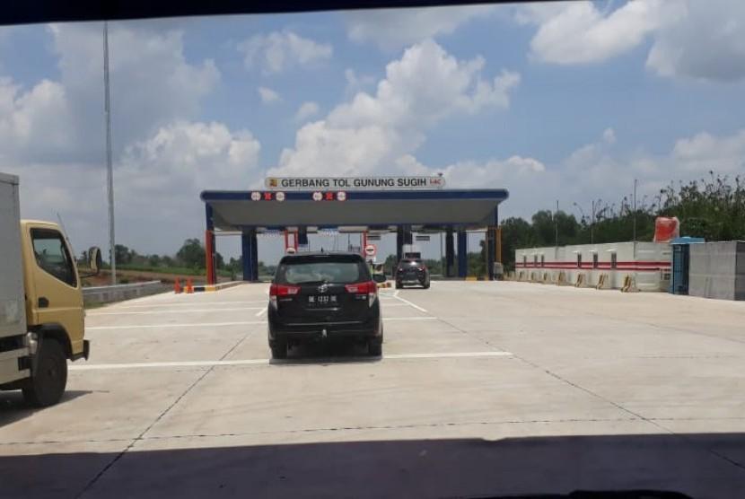 Sejak diresmikan Jumat (8/3), pengguna jalan tol trans sumatra  Bakauheni - Terbanggi Besar Lampung 15 ribu kendaraan per hari.