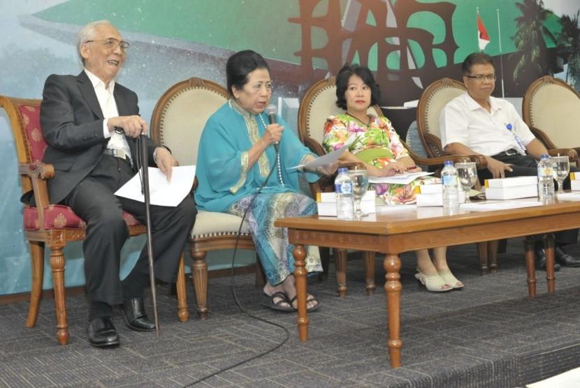 Sejarawan AB Kusuma (kiri) dalam ACARA 'Bicara Buku Bersama Wakil Rakyat' di Press Room, Kompleks Parlemen, Jakarta, Senin (16/10).