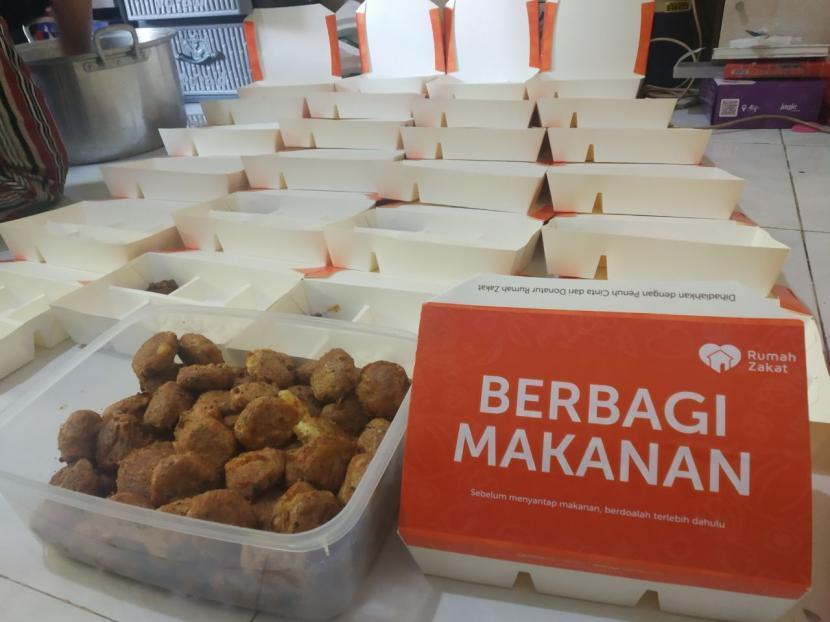Sejumlah 190 paket makanan siap saji hari ini disalurkan kepada shelter Pondok Pesantren Nurul Iman di Dusun Sorogenen, Kalurahan Timbulharjo, Kapanewon Sewon, Kabupaten Bantul, Jumat (9/7)