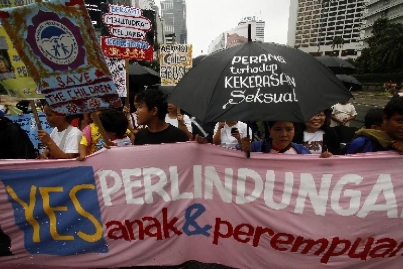 Sejumlah aktivis Komisi Perlindungan Anak Indonesia (KPAI) beserta anak-anak Koalisi Aksi Solidaritas Darurat Nasional Kejahatan Seksual, melakukan aksi di Kawasan Bunderan Hotel Indonesia, Jakarta.